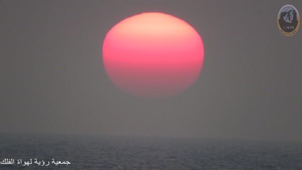 لماذا يتحول لون الشمس إلي الأحمر عند الغروب ؟