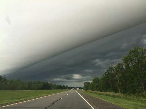 شكل مذهل للسحب أثناء عاصفة مطرية هذا اليوم بمدينة ستابلز بولاية مينيسوتا الأمريكية .