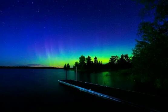 منظر رائع للشفق القطبي وهو يظهر بألوانه الزاهية فجر يوم الاثنين بسماء دولوث بولاية مينيسوتا الأمريكية .