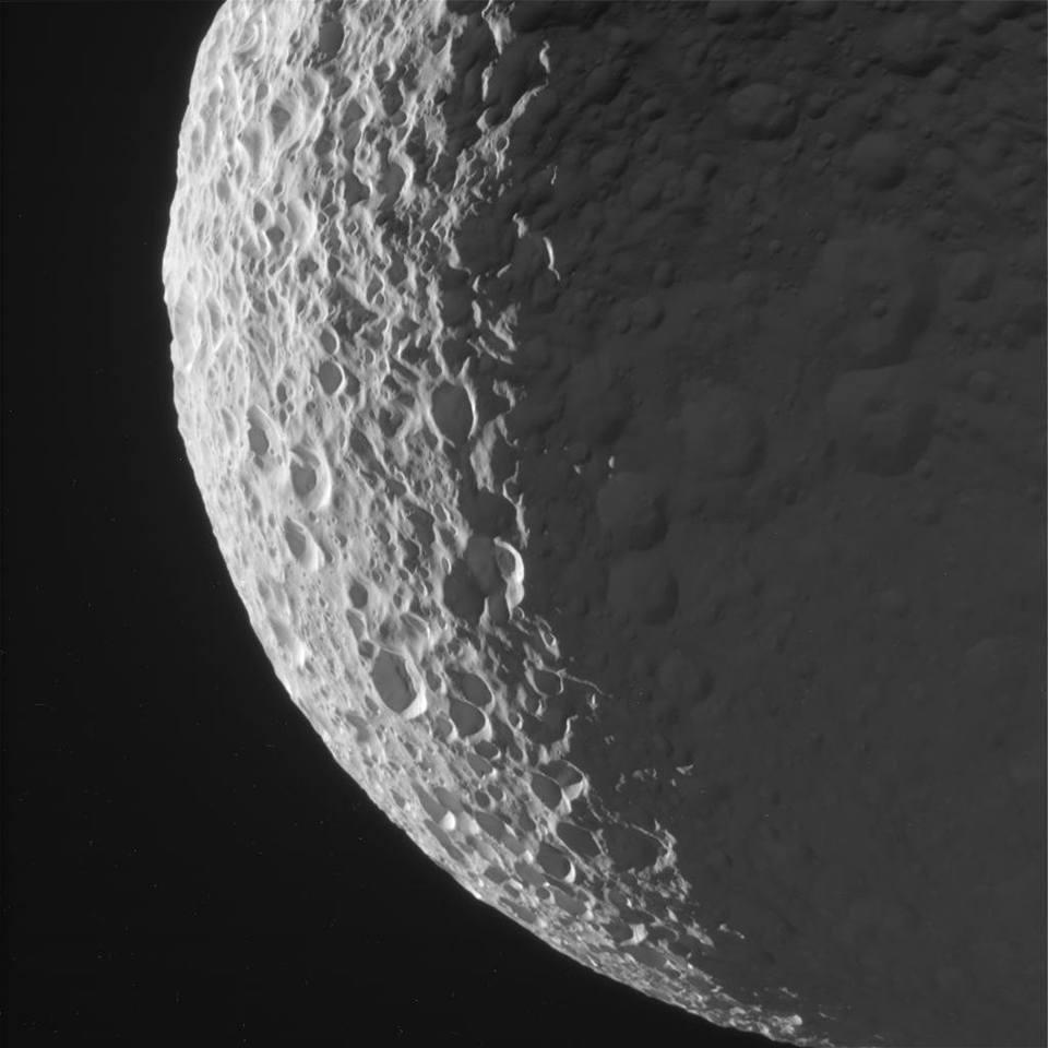 ناسا تكشف عن صور حديثة لقمري ميماس Mimas و إبيميثيوس Epimetheus
